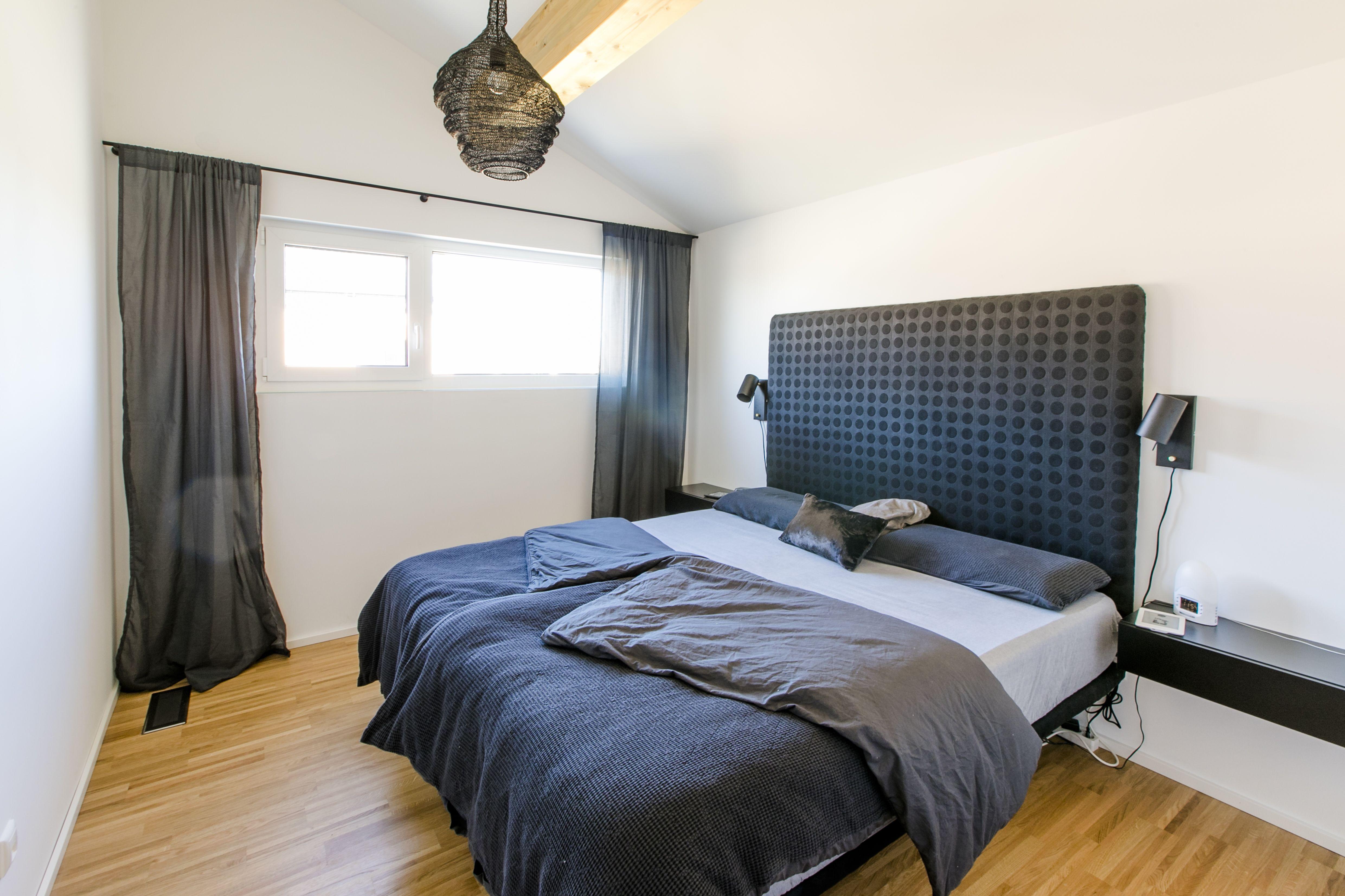 Schlicht Gehaltenes Schlafzimmer Mit Deckenbalken #Black