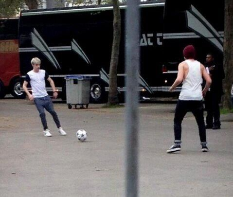 Louis and Niall play the futball