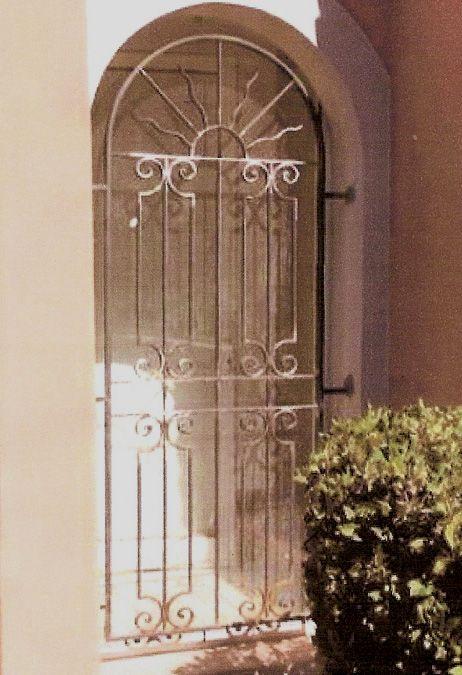 Nos mod les de grilles de portes et de fenetres en fer forg idees grilles de porte for Modele fer forge pour fenetre