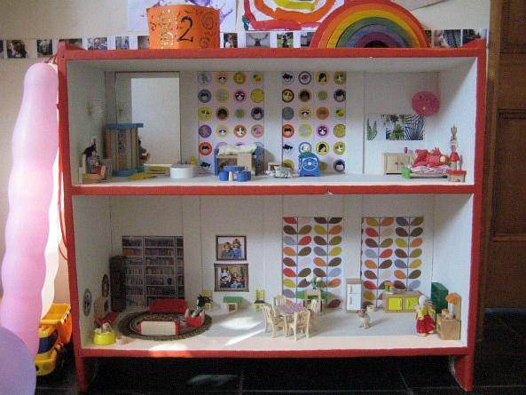 Puppenhaus aus einem Regal selbst bauen