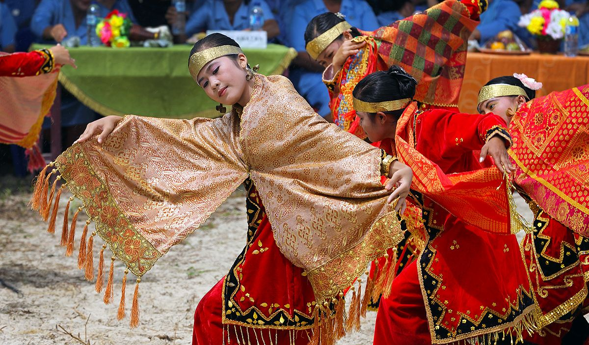 The Moyo Dance Imitates The Flight Of An Eagle North Nias Regency Nias Island Indonesia Photo By Bjorn Svensson Www Northniastourism Budaya Indonesia Art