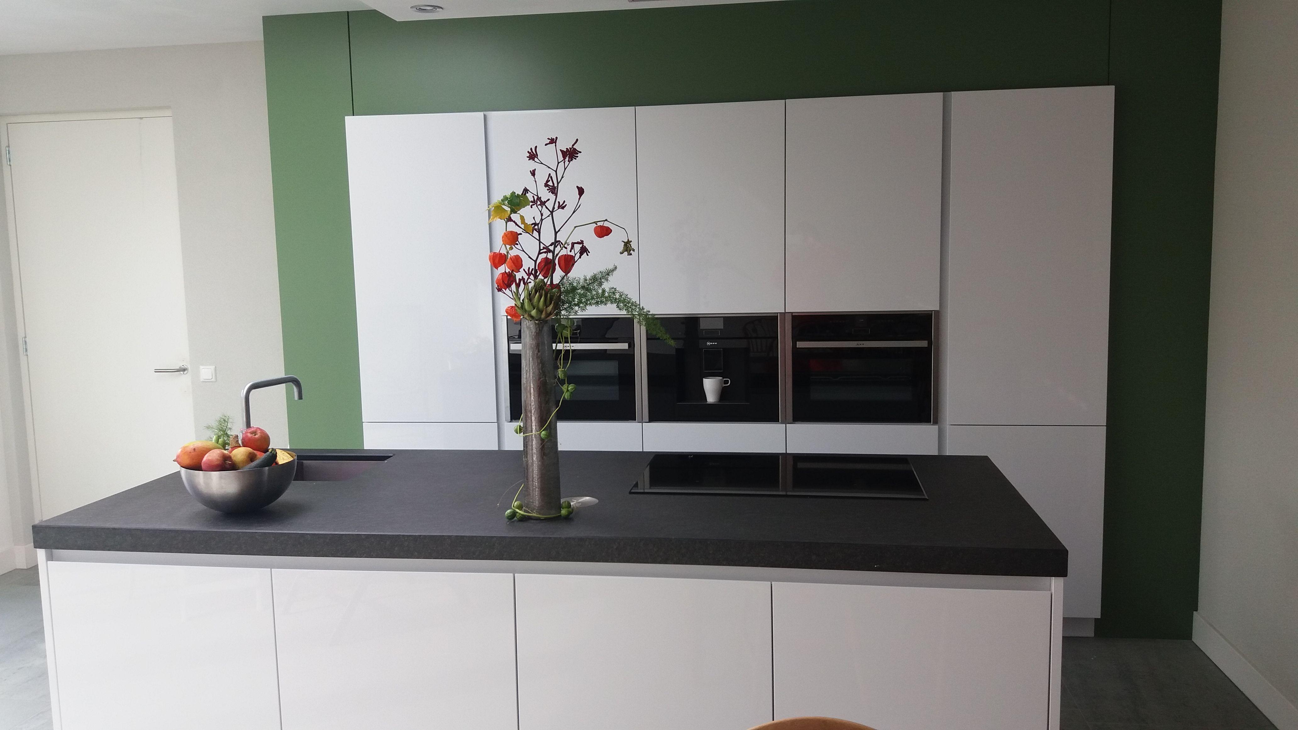 Populair witte hoogglans keuken, dik antraciet blad en ombouw van MDF in IA26