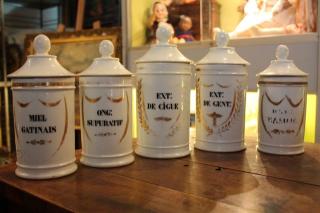 anciens pots de pharmacie en porcelaine toulouse antiquit s brocante en ligne puces d 39 oc. Black Bedroom Furniture Sets. Home Design Ideas