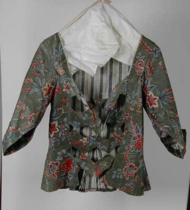 """1725 -1749 - YEs, """"Zig-zag"""" front - Sitsen vrouwenjak met zigzagvormige vestpandjes, met bloemmotieven op groene grond   Modemuze"""