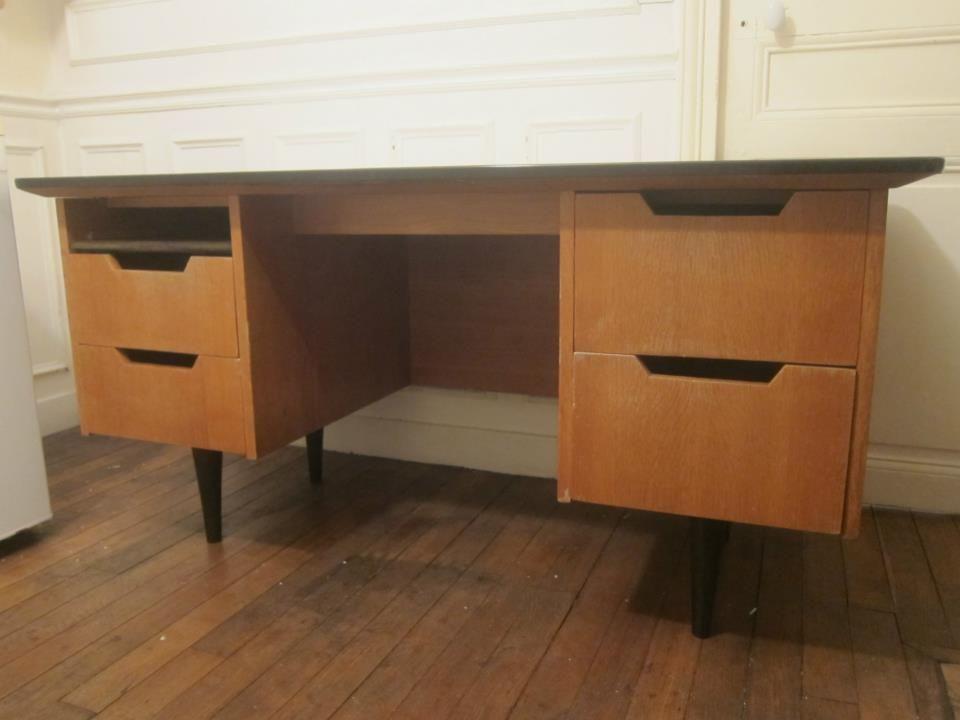 Très joli bureau vintage en bois années soutenu par des