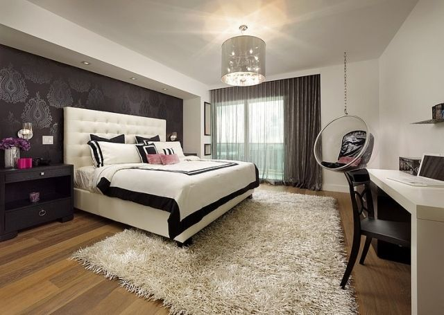 Luxus Schlafzimmer Wandgestaltung Lila Tapeten Barockmuster Shaggy Teppich