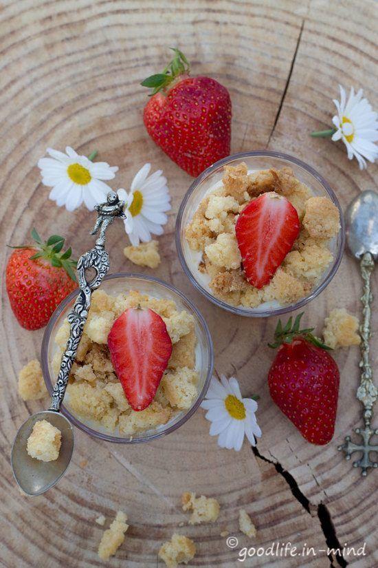 Quark-Erdbeer-Kuchen im Glas mit Streuseln