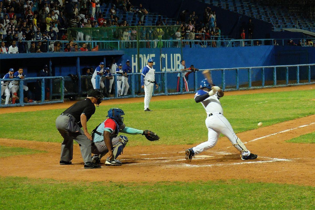 La indisciplina entra por el terreno. #pelota #baseball #estadio http://www.cubanos.guru/la-indisciplina-entra-terreno/