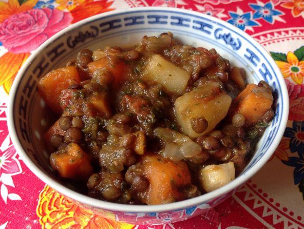 ragoût de pommes de terre aux lentilles végétaliens sans