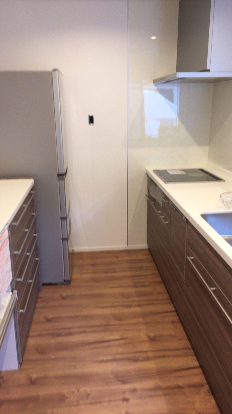 キッチンと収納棚はリクシルの最高グレード 扉色はウォルナット 玄関