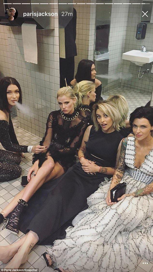 Kylie Jenner prend un selfie épique étoilé   – Burçiin
