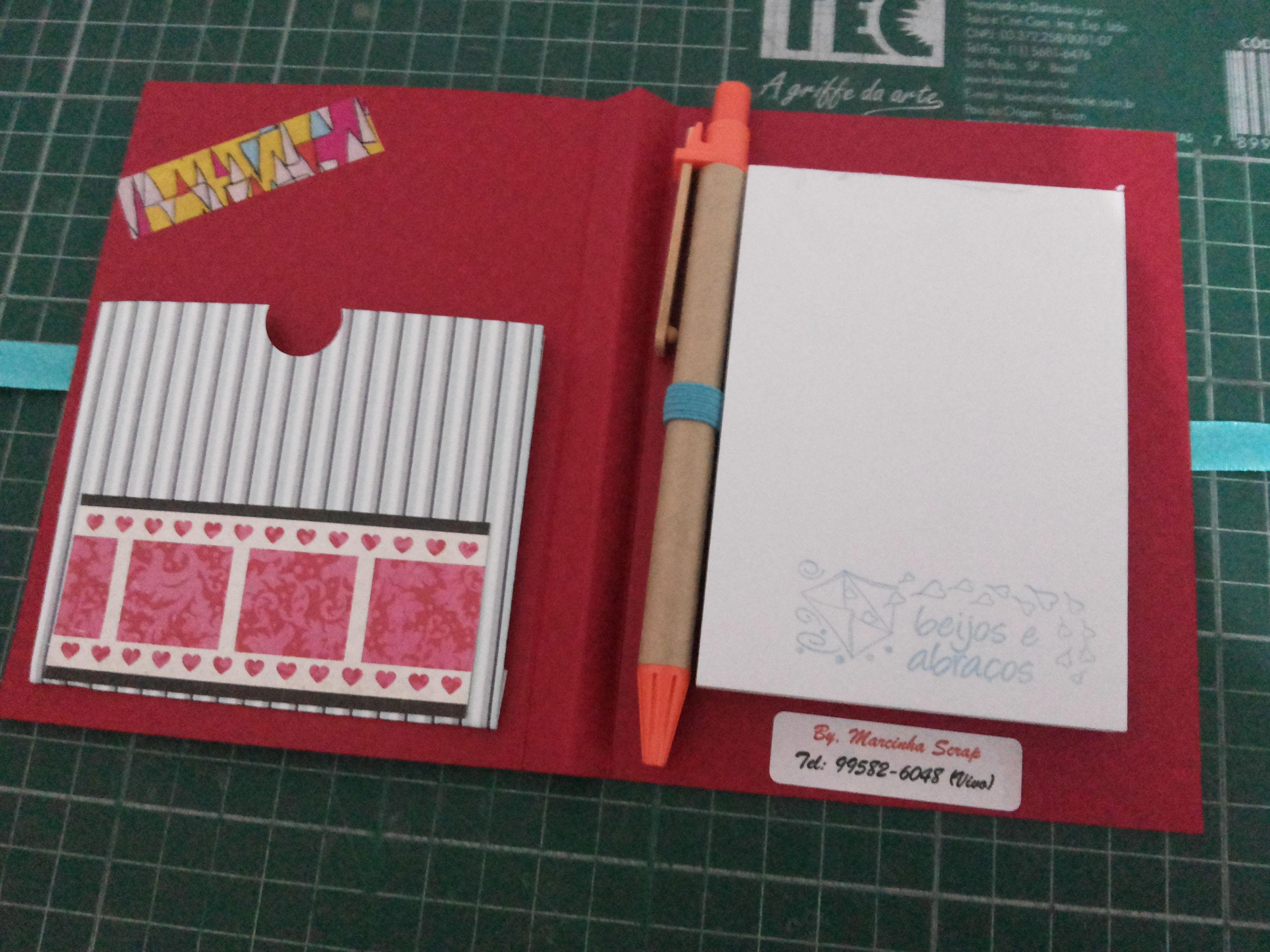 Bloco de Anotações com caneta e porta recados - feito de scrapbook  (ganhei de uma amiga e daí comecei a fazer vários...)