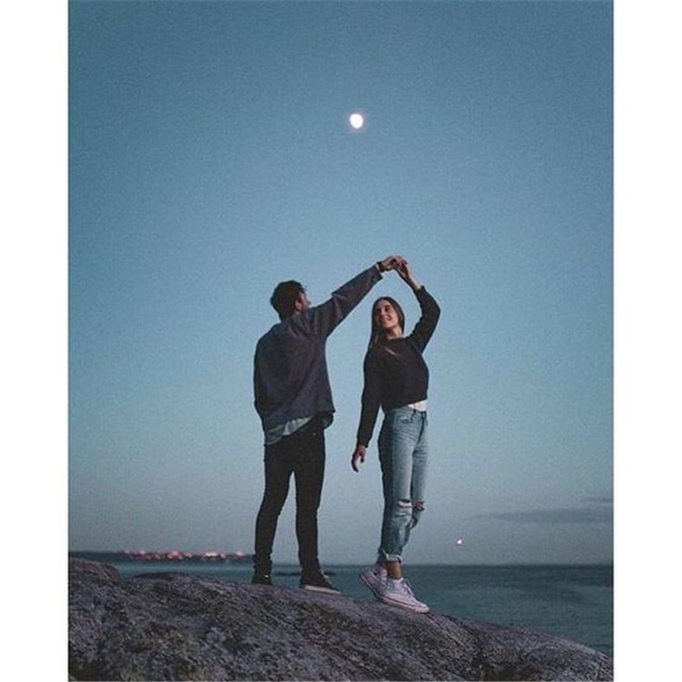 50 Romantic Couple Pose Ideas For Photography You Must Know - Page 19 of 50 - Chic Hostess