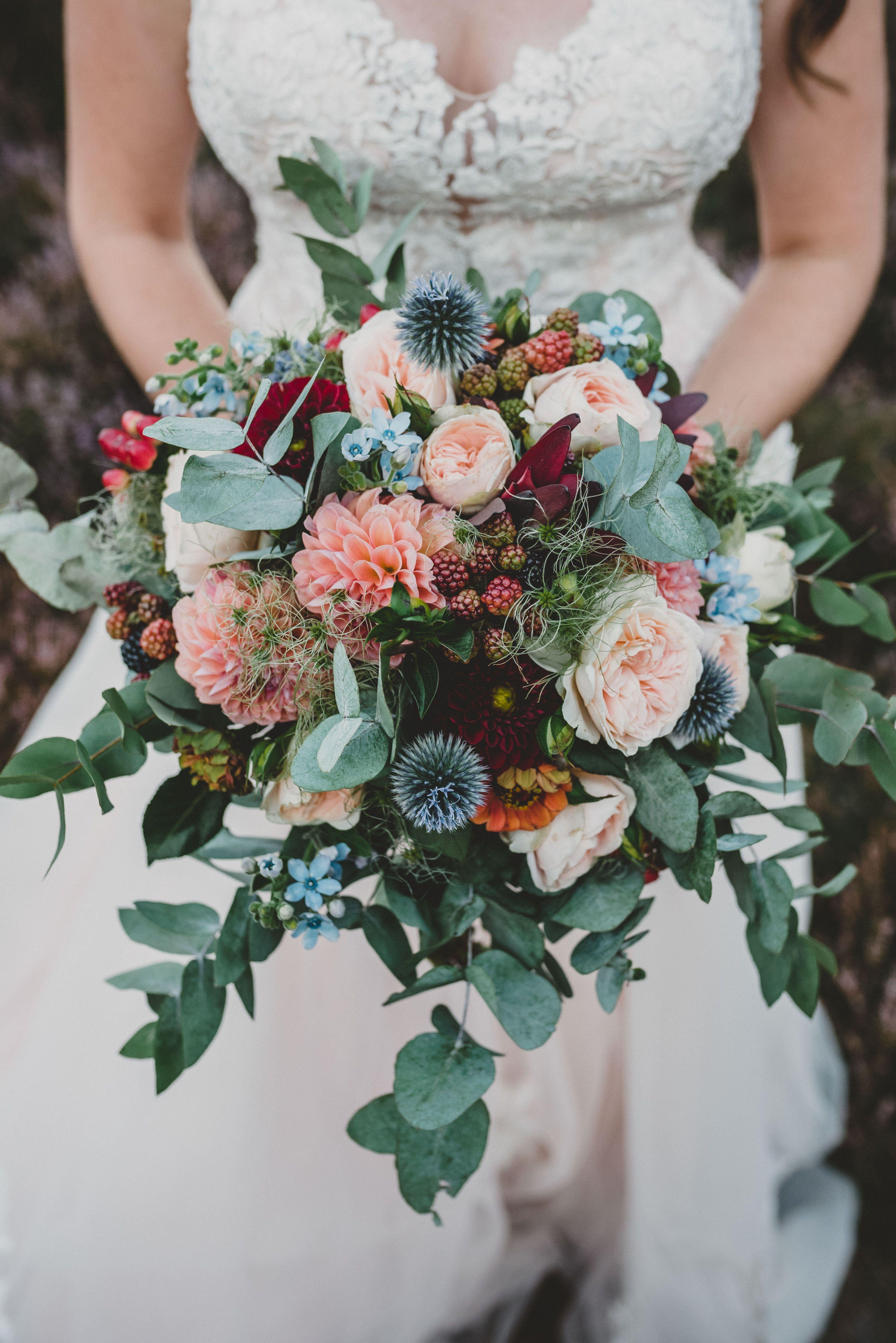 Vintage Blumenstrauss Mit Eukalyptus Disteln Dahlien Und Beeren Wildblumen Hochzeit Blumenstrauss Hochzeit Hochzeit