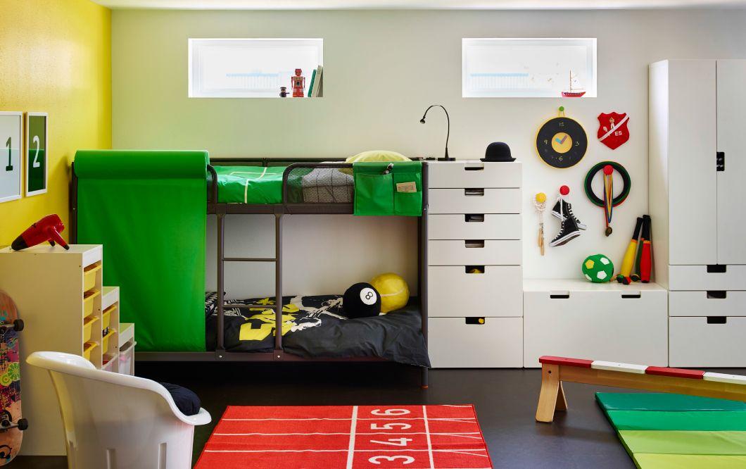 Lastenhuone, jossa harmaa kerrossänky sekä värikkäät lakanat ja matto.