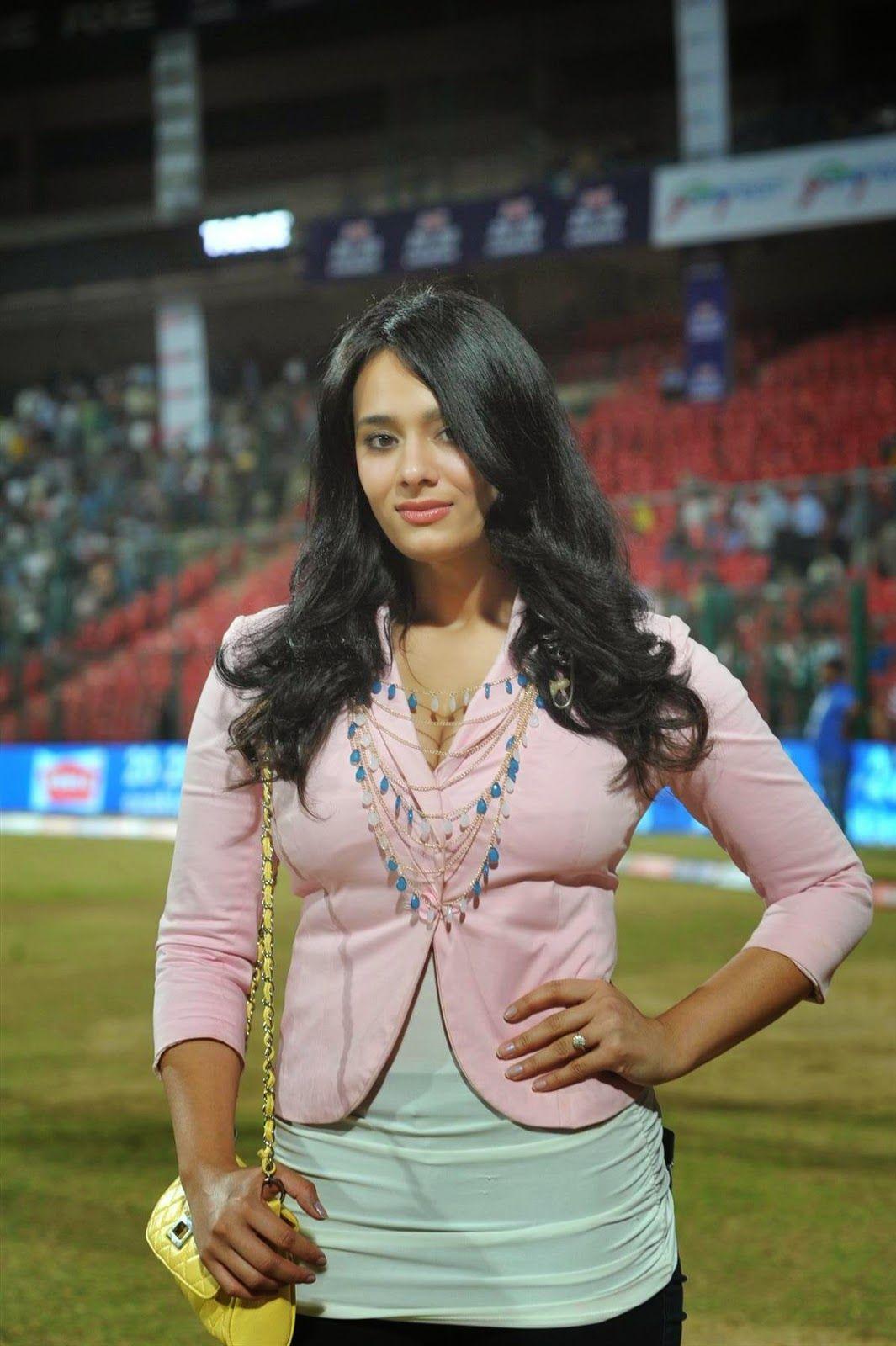 Mayanti Langer HD Images Hottest photos, News anchor, Tv