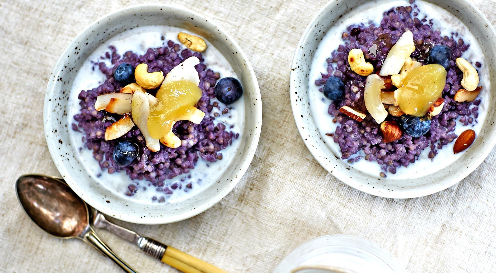bovetegröt med blåbär och rostad nöt- och kokosmix - recept