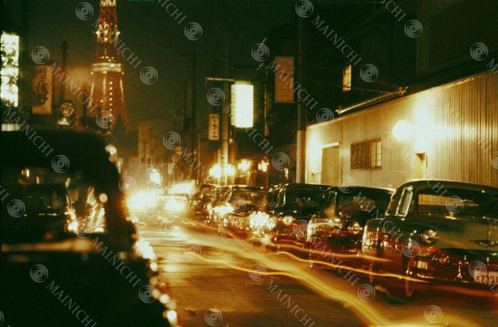 現代の日本 会合は踊る 東京赤坂の料亭街にズラリと並ぶ高級車 今夜も政治家の会合が行なわれている 高級車 東京 赤坂 現代