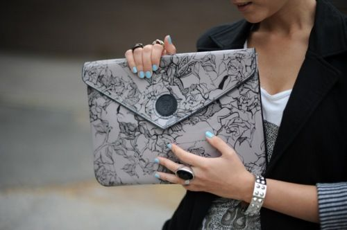 Love this purse...and the nails...and the ring and bracelet..