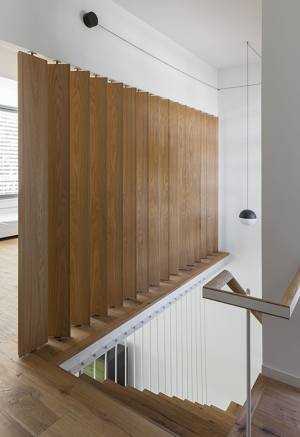 Wooden vertical louvers and flos pendant light caesarea for Puerta tipo louver
