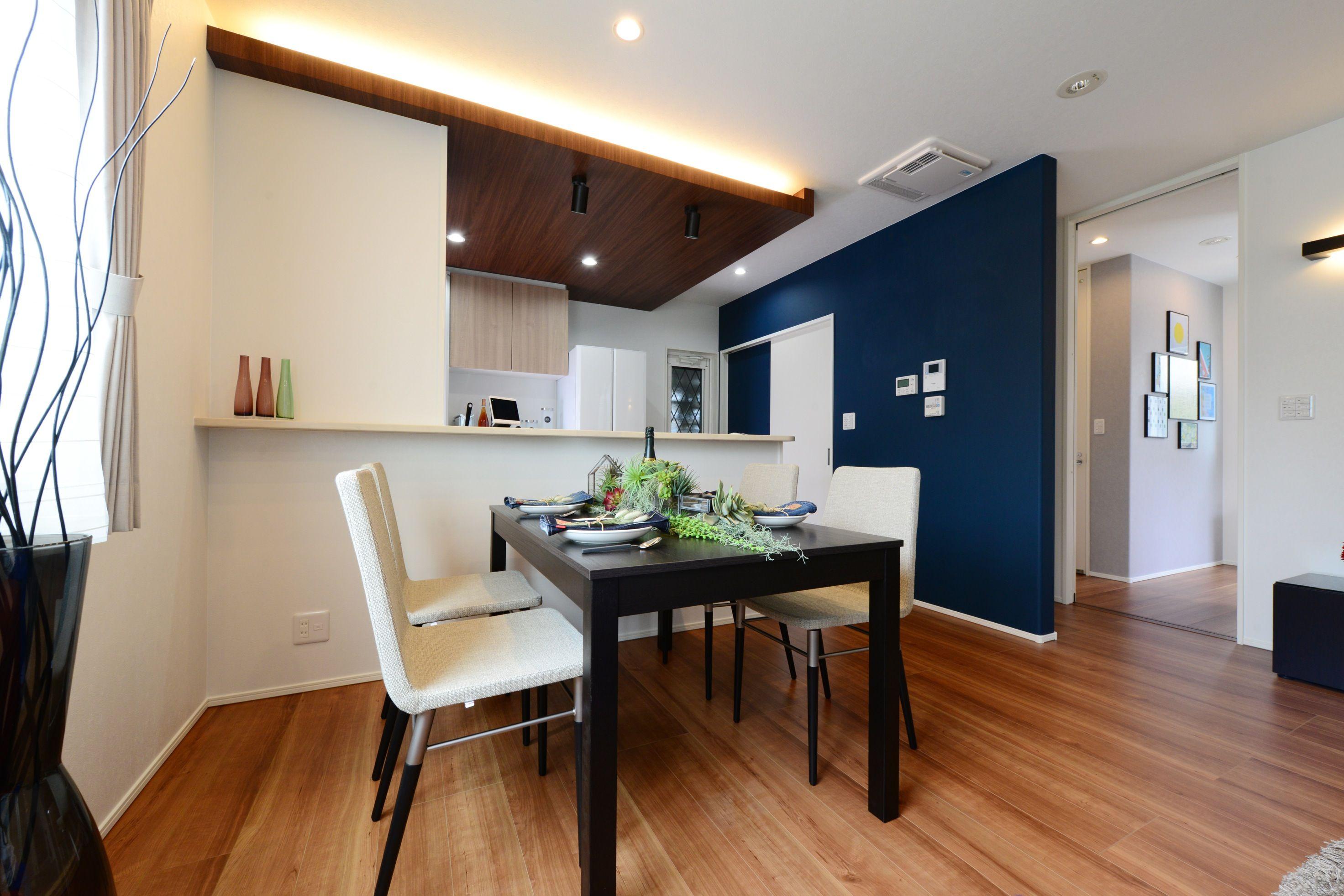 下がり天井から照らす間接照明で空間の雰囲気も オシャレな家具を合わせ