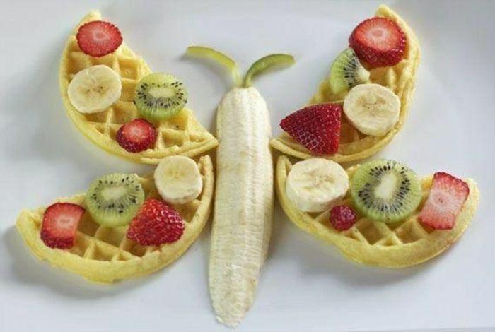 Kindergeburtstag-lustiges-Essen-Idee-Schmetterling-Waffel-Früchte-Erdbeeren-Bananen-Kiwis #festmad