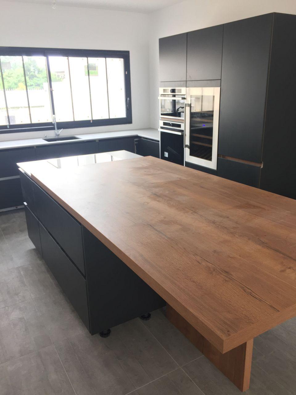 la cuisine avec son plan de travail dekton autour de l 39 evier et de la plaque de cuisson et la. Black Bedroom Furniture Sets. Home Design Ideas