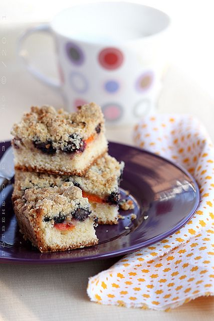 Fruit cake with a crunchy topping