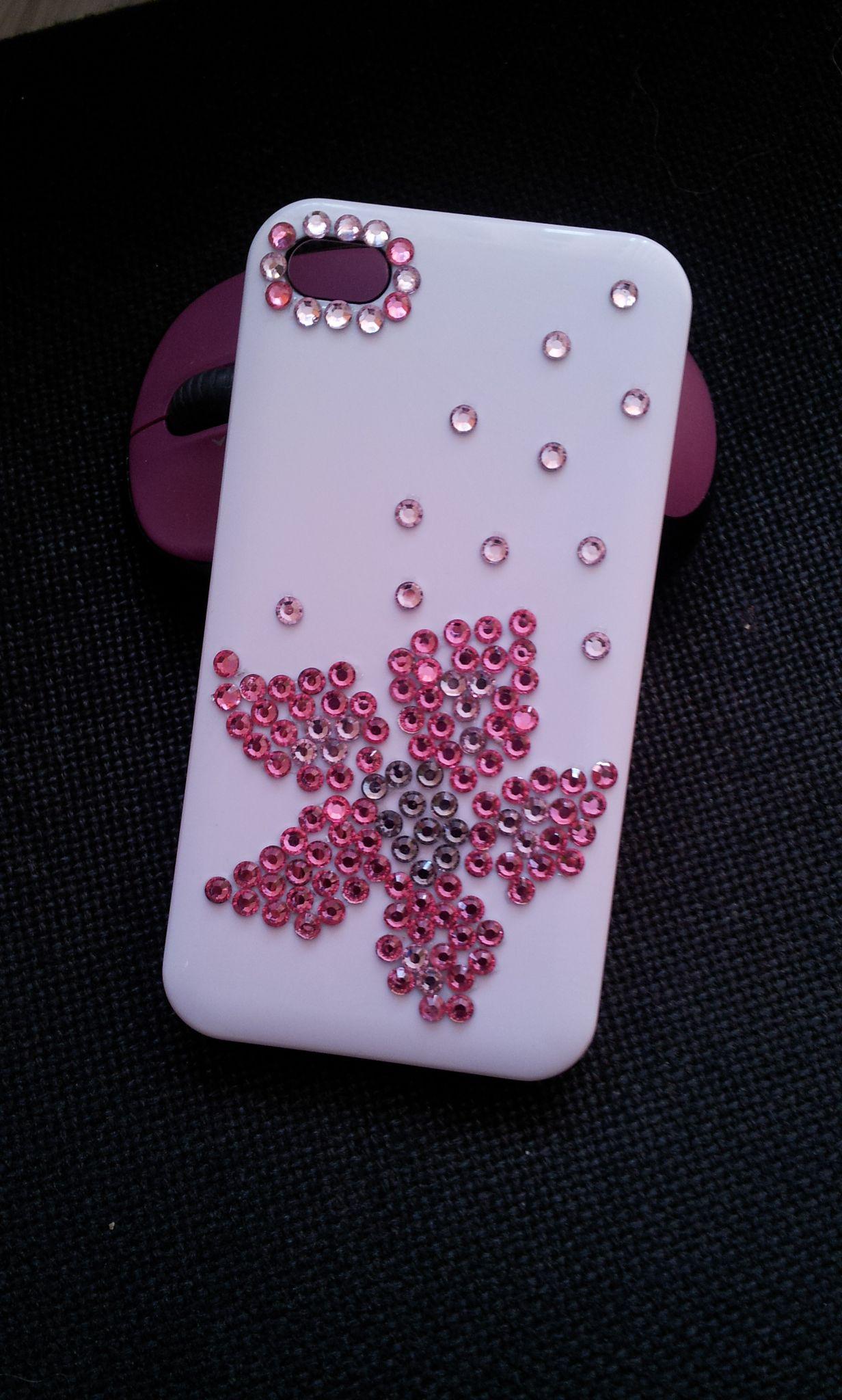 Бял твърд калъф за iPHONE 4 с розови и бели камъни. Модерен и красив той е един идеален аксесоар за вашия телефон.