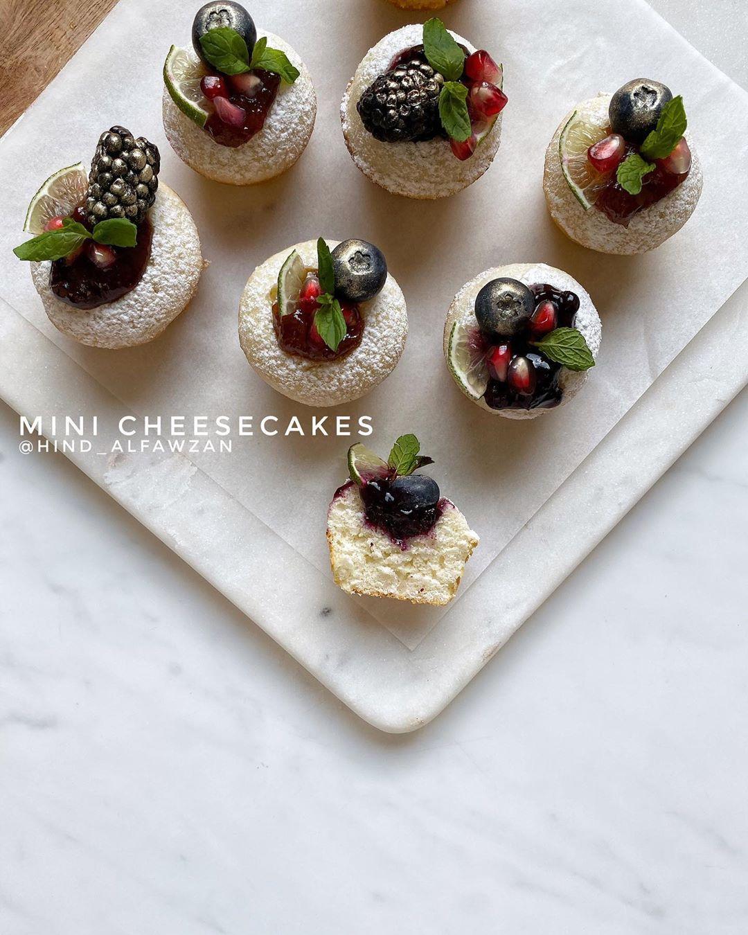 هند الفوزان On Instagram كيك الجبن بالفواكه Hind Alfawzan المقادير والطريقة نصف علبة خلية الكيك الجاهز كوب وثلاث أرباع من الخ Mini Cupcakes Food Desserts