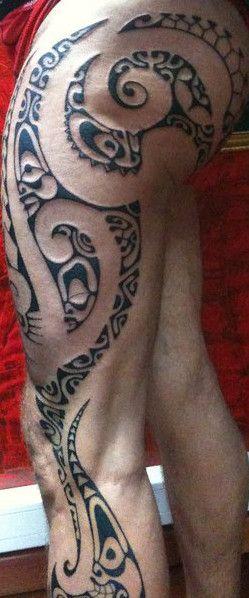 Tatoo De Fesse Mollet Et Cuisse Masculin De Dessin Polynesien Tiki