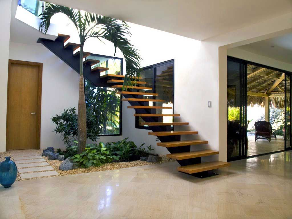 Escaleras de interior qu ofrecen decoracion debajo - Jardines exteriores de casas modernas ...