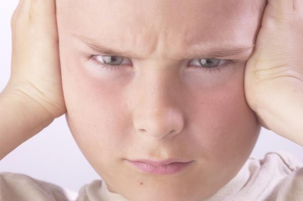 PORQUE LOS PADRES NO DEBEN GRITAR A LOS NIÑOS. RAZÓN 3/10. Gritar agrava la agresividad. En muchas ocasiones los padres se preguntan porque los niños son tan agresivos, una de las respuestas es porque los padres los gritan de forma constante. Cuando los niños muestren agresividad no es apropiado igualarse con ellos, sino ayudarles a que se calmen.