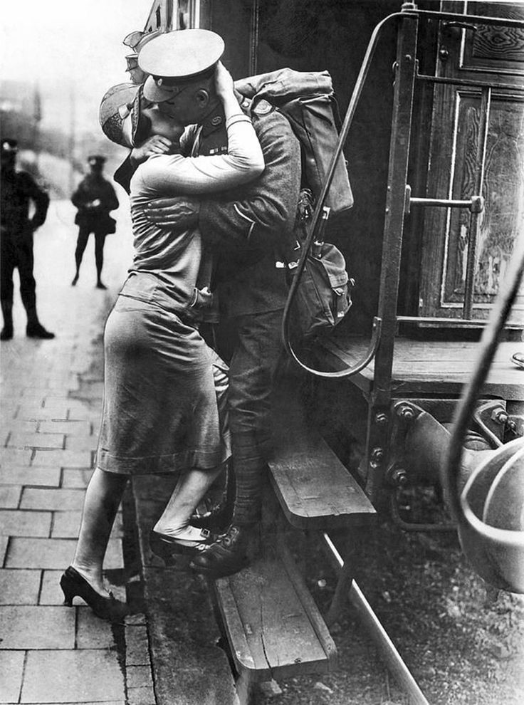 62 Historic Photos Of Love During Wartime | Vintage romance, Vintage photography, Love photos