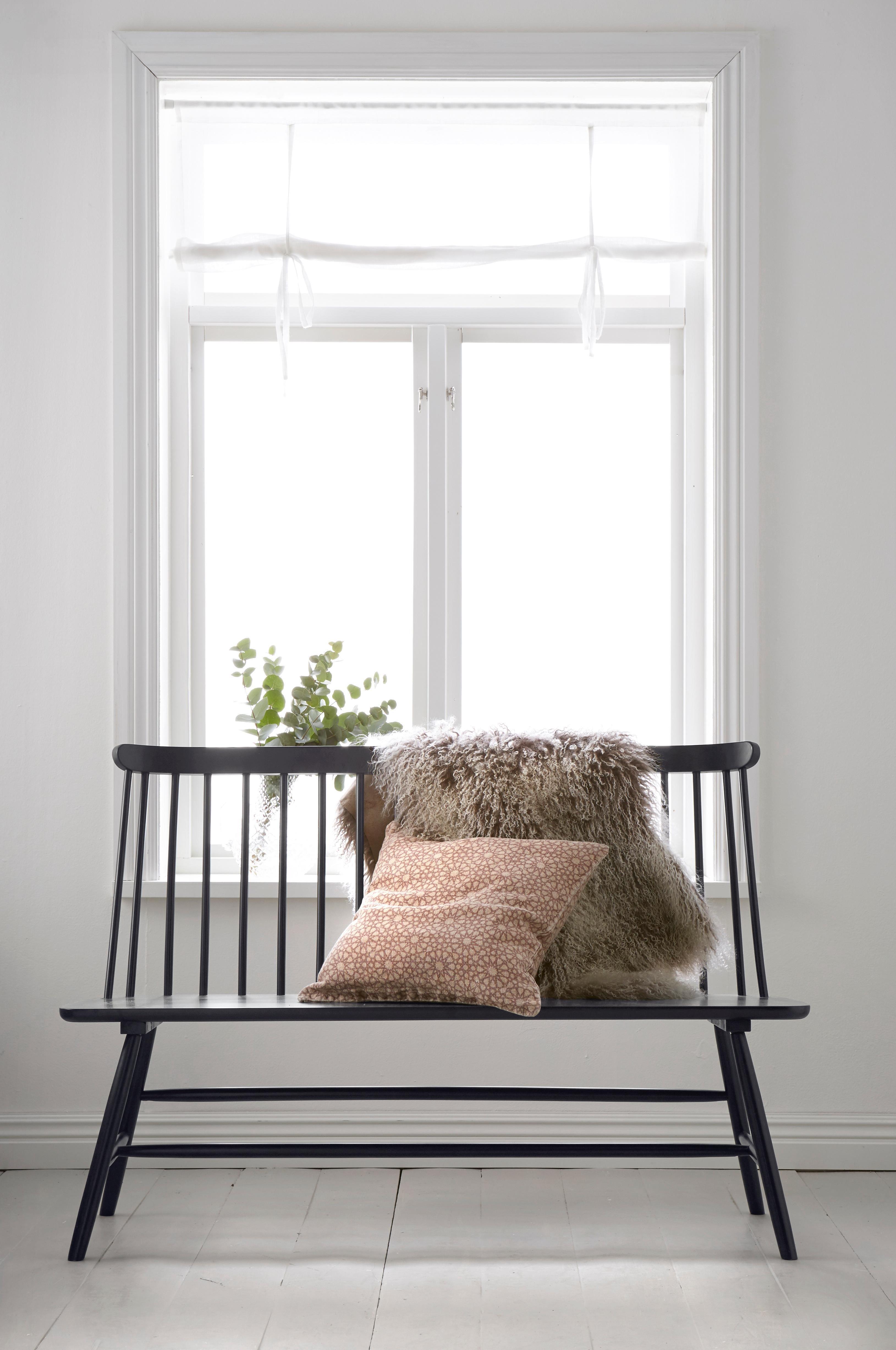 Bed under window  tremmebænk af gummitræ længde  cm højde  cm dybde  cm