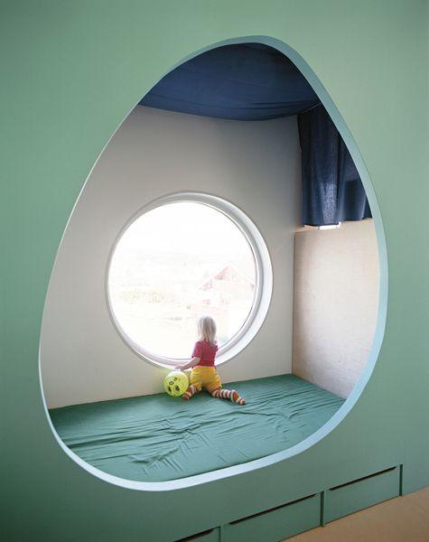Chambre d\u0027enfant originale, lit avec une séparation, ouverture ovale