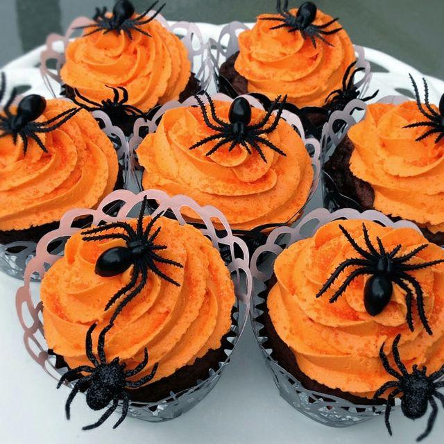Papier-gebastelte-Muffin-Körbchen-Spinnen-auf-orangefarbenem-Schaum