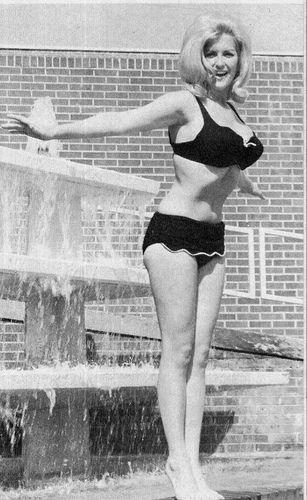 Med henneslubben kropp og Blond hårtype uten BH (BH-størrelse ) på stranda i bikini