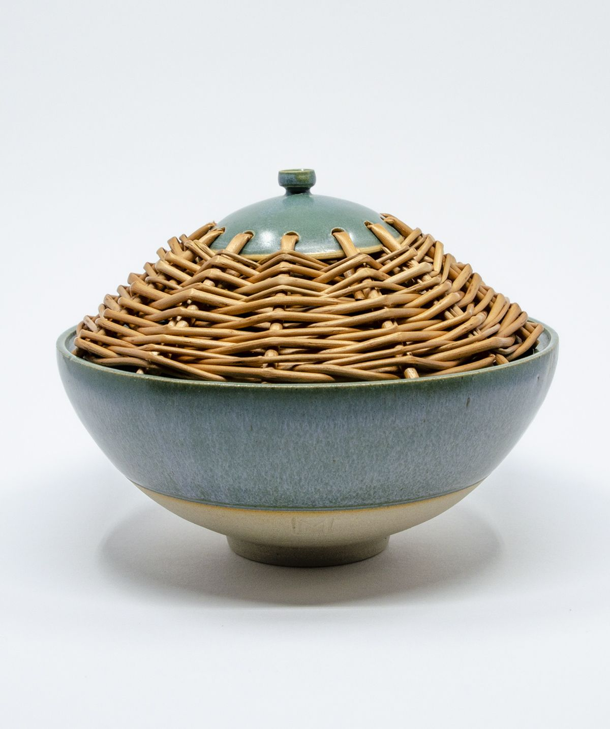 The bowl is glazed outside and inside with a green turquoise glaze, a stone ware bottom. The lid of the bowl is woven from willow. Pottery handmade art - Gosha Ceramics by #gosha_ceramics // #ceramics #céramique #osier #osiervintage #pottery #poterie #clay #claylove #willowweaving #homedeco #willow #willowceramics #handmadeceramics #willowtree #rusticstyle #ilovepottery #bowl #rusticdecor #wheelthrown #wheelthrowing #籐 #funcionalpottery