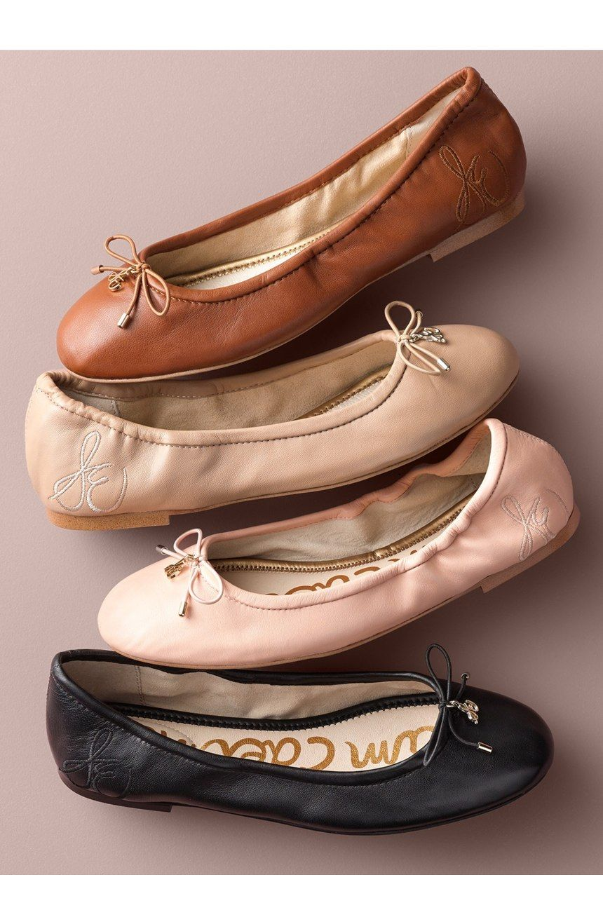 A flat for every occasion! A delicate logo charm adorns the bow-trimmed toe