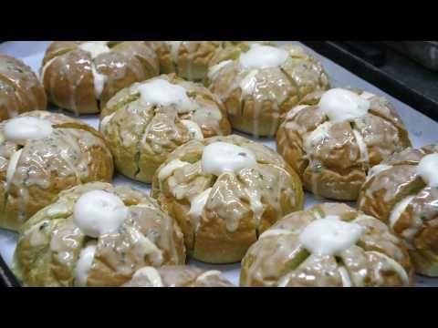 영양 UP! 클로렐라가 들어간 육쪽 마늘빵 - 광명시장 클로렐라 빵 Garlic-Shaped Cream Garlic Bread Bakery - Korean Street Food - YouTube