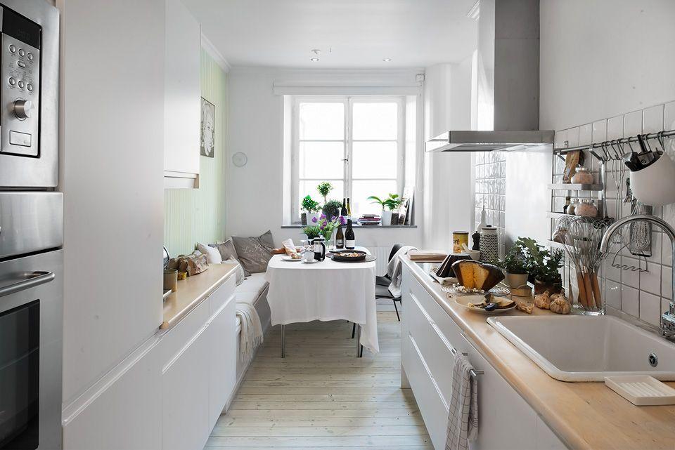 Office En Cocina Estrecha Con Banco De Obra Muebles A Ambos Lados