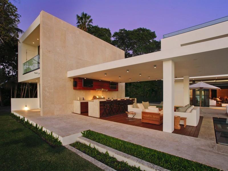 A Superb Modern Home In Miami Beach Florida Modern Outdoor Kitchen Contemporary Outdoor Modern Miami