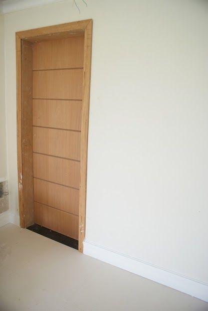 Rodap branco com porta de madeira google search for Portas de apartamentos modernas