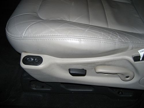 How To Repair Cracked Leather Car Seats Limpiar Asientos De Piel Asiento De Automóvil Sillones De Piel