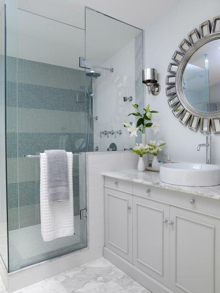 Runder Spiegel Wie Sonne Weiße Bemusterte Bodenfliesen Und Mosaikfliesen An  Der Wand Der Duschkabine Moderne Badfliesen