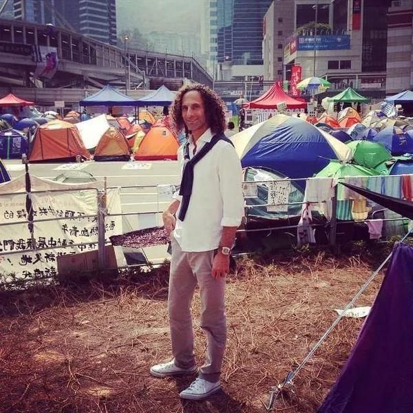 Bullshitguy  Kenny G in Admiralty! Credits: apple daily #occupyhk #umbrellamovement pic.twitter.com/jeLAdfoKdJ