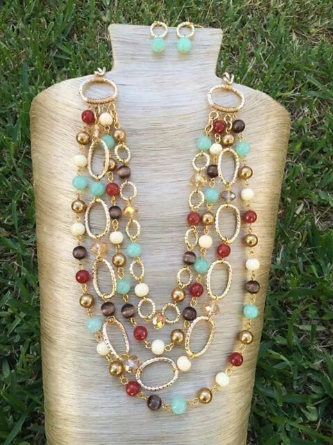 99aadcb63490 Collar piedras y cristales de cuatro tiras con cadena dorada de aluminio