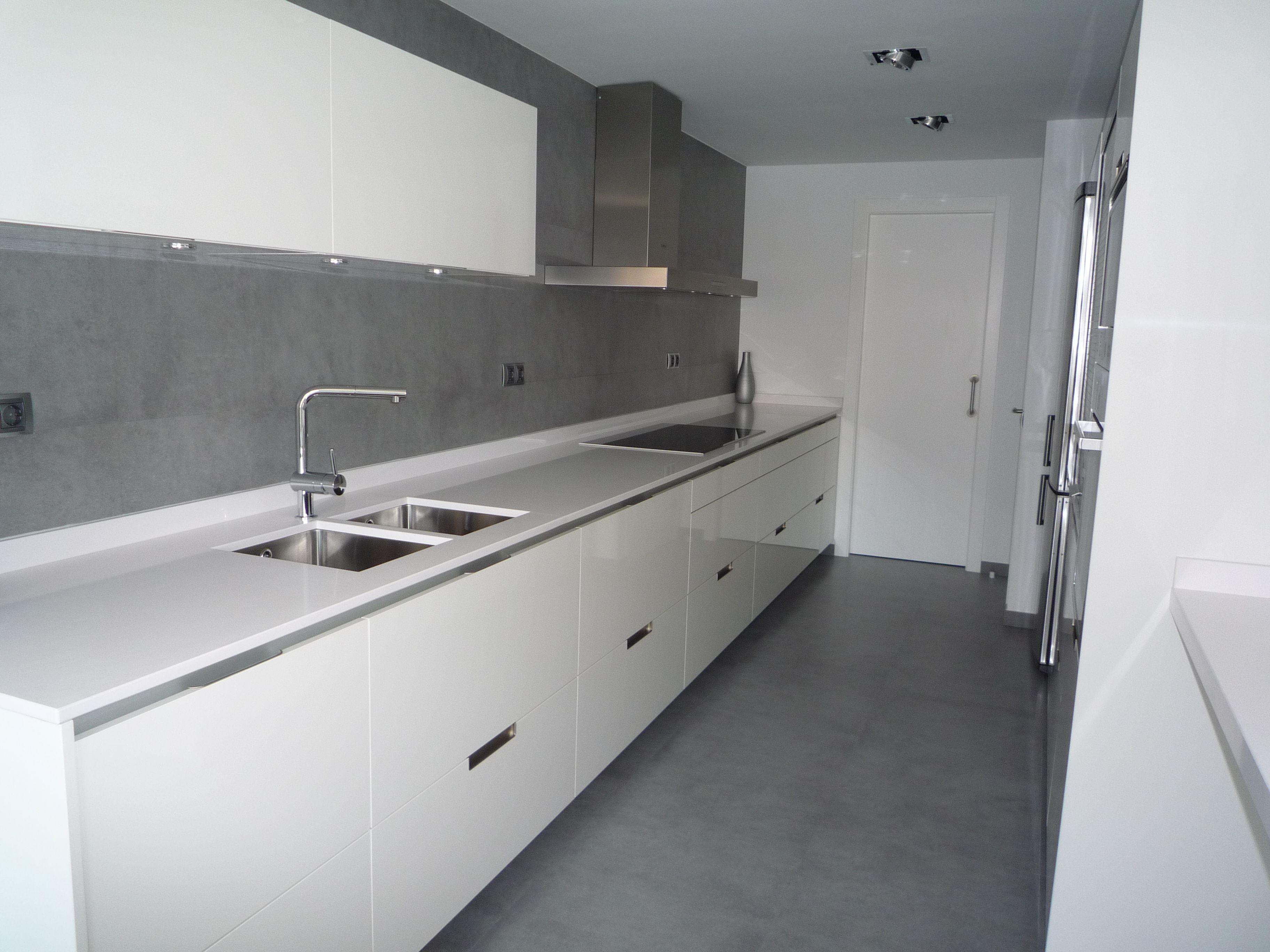Reforma cocina minimalismo en blanco y gris mobiliario - Cocina suelo gris ...