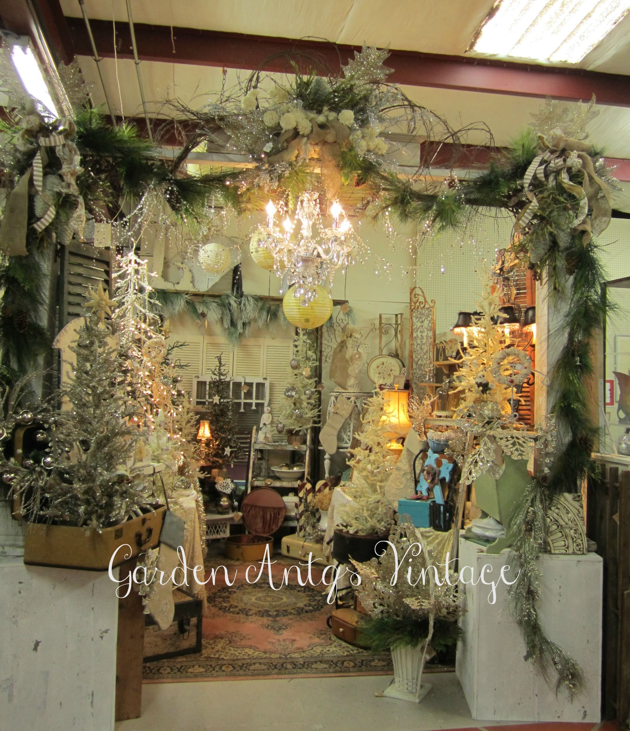 Loved this booth all decorated for christmas all for Decoration vendors